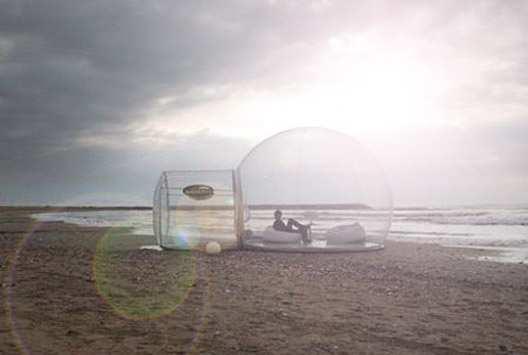 Bulle transparente en bord de mer